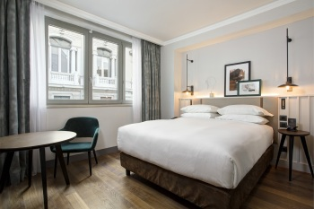 DoubleTree_Rome_Monti_Guest_Room_Queen_Wide